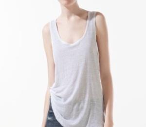 Camiseta lino de tirantes anchos en color blanco, de ZARA (12.95€).