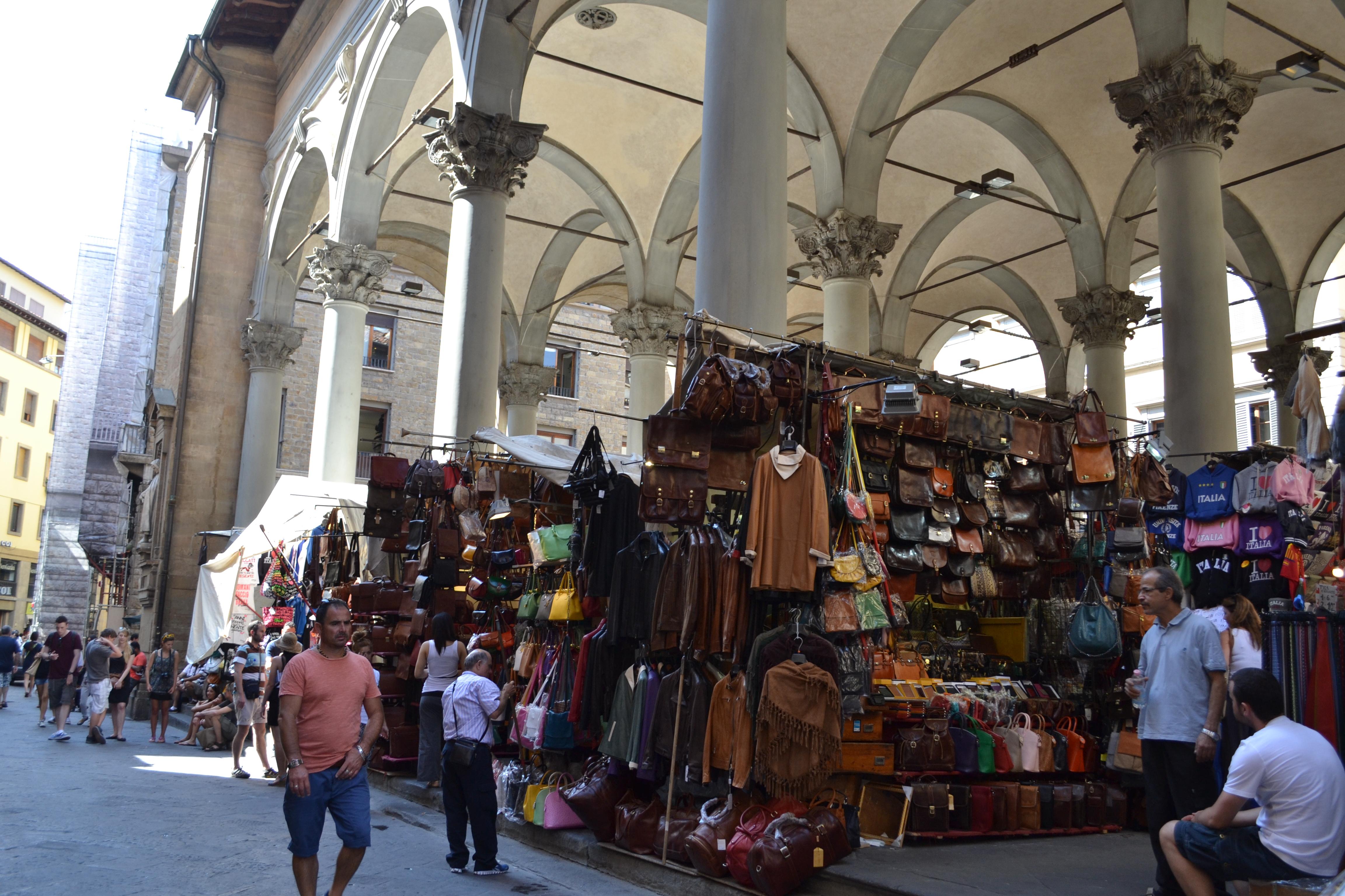 f2afcbbba Junto a esta maravillosa plaza podéis encontrar una de las tiendas vintage  con más estilo de Florencia: TWIN SET. Moda vintage exclusiva pero con un  toque ...