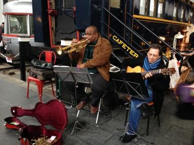 musica jazz en mercado de motores